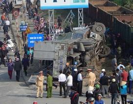 Tàu hỏa hất văng xe tải, 2 người tử vong