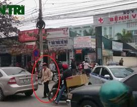 """Hà Nội: Người đi bộ """"đánh võng"""" trước cổng Bệnh viện K"""
