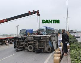 Nổ lốp sau, xe tải lật nghiêng chắn ngang cầu Thanh Trì