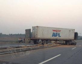"""Container """"cày nát"""" dải phân cách trên cao tốc Hà Nội – Lào Cai"""