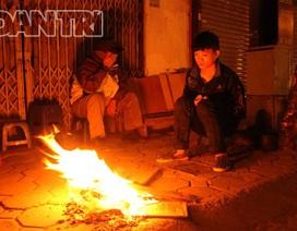 """Người Hà Nội co ro bên """"bếp lửa"""" trong đêm lạnh"""