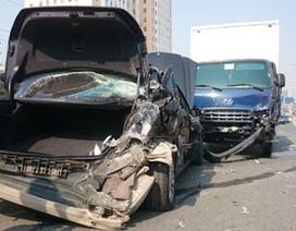 Hà Nội: Xe Mercedes bị xe tải đâm nát đuôi tại đường trên cao