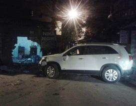"""Hà Nội: Tường nhà văn hóa bị """"xế hộp"""" đâm thủng trong đêm"""