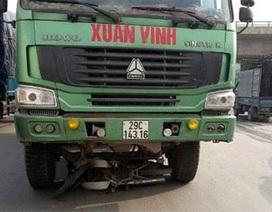 """Hà Nội: Thoát chết khi bị xe tải """"nuốt"""" cả người lẫn xe vào gầm"""