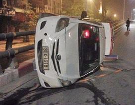 Hà Nội: Taxi đâm đổ cột đèn, lật nghiêng trên cầu vượt