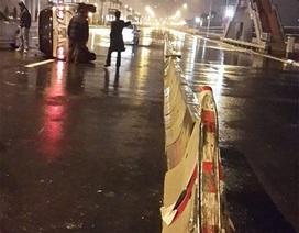 Tháo dỡ dải phân cách cứng sau 3 vụ lật xe trên đường dẫn cầu Nhật Tân
