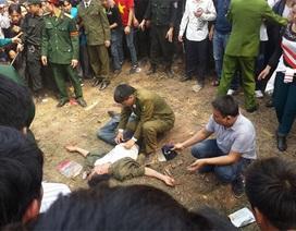 Một thanh niên bị gãy xương tay trái khi chơi đánh đu ở hội Lim