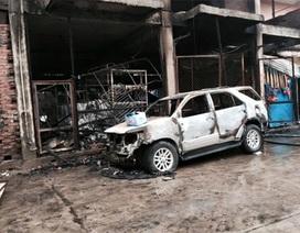 Hà Nội: Ô tô 7 chỗ bị thiêu rụi lúc rạng sáng