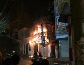 Hà Nội: Cửa hàng quần áo bốc cháy dữ dội trong đêm