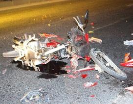 Xe máy vỡ vụn sau cú tông xe bồn