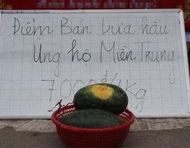 """""""Dưa hấu nghĩa tình"""" từ miền Trung ra Hà Nội"""