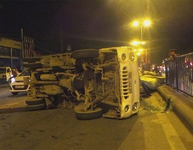 Hà Nội: Xe tải lật nghiêng ra đường, người dân đập kính cứu tài xế