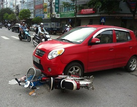 Hà Nội: Ô tô cuốn xe đạp điện vào gầm, nạn nhân thoát chết