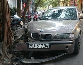 """Hà Nội: Xe BMW gần rời bánh trước sau cú """"đọ sức"""" với gốc đa"""