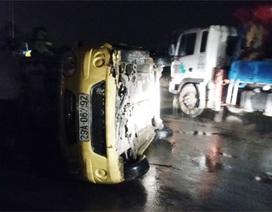 Hà Nội: Taxi lao thẳng vào bùng binh đường, lật nghiêng ra đường