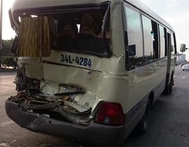 Hà Nội: Dừng đèn đỏ, xe khách bị xe rác đâm nát đuôi