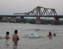 """Người Hà Nội ào xuống sông, hồ """"xả nóng"""""""