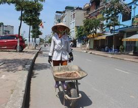 """Hà Nội: Nắng nóng """"vắt kiệt"""" sức người lao động ngoài trời"""