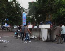 Hà Nội: Cổng chào đổ sập, 2 người nhập viện