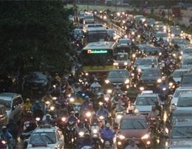 Hà Nội: Mưa lớn do bão, người dân chôn chân trên đường tan sở