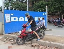 """Hà Nội: Người dân tự ý """"xẻ"""" dải phân cách để qua đường"""