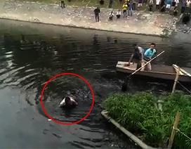 """Công an bơi thuyền vây bắt tên trộm """"cố thủ"""" dưới sông Tô Lịch"""