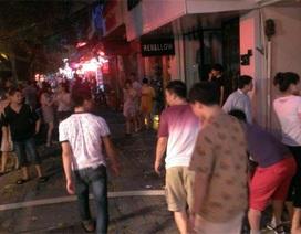 Hà Nội: Khu phố náo loạn vì nhà dân bốc cháy dữ dội