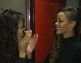 """Fan """"sốc"""" khi được Rihanna chờ trước phòng thay đồ"""