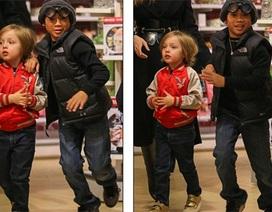 Pax Thiên được mẹ Jolie đưa đi mua đồ chơi