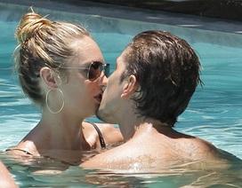 """""""Thiên thần đồ lót"""" tình tứ với bạn trai ở bể bơi"""