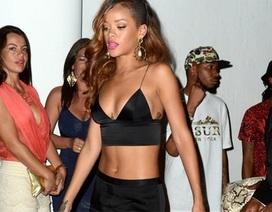 Rihanna biểu diễn muộn 2 tiếng vì bận... tiệc tùng