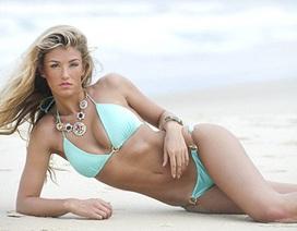 Hoa hậu Anh khoe dáng chuẩn trên biển