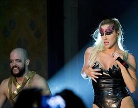 Kesha mặc gợi cảm trình diễn trên sân khấu