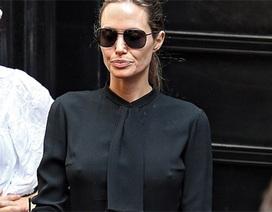 Angelina Jolie gầy gò tại trường quay