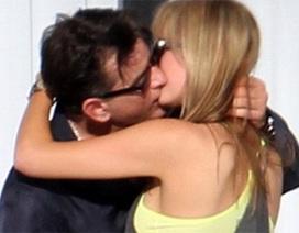 Tài tử Hollywood hôn bạn gái mới