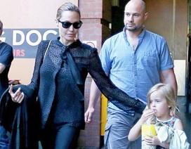 """Angelina Jolie mặc áo """"nghìn đô"""" ra phố"""