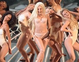 """Khán giả Anh phàn nàn vì Lady Gaga mặc quá """"mát mẻ"""""""