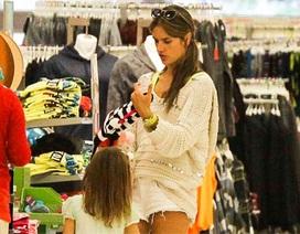 Siêu mẫu Alessandra Ambrosio giản dị đưa con đi mua sắm