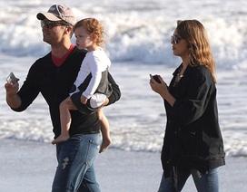 Gia đình Jessica Alba ra biển chơi
