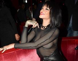 Rihanna gây sốc với áo mặc như không tại tuần lễ thời trang Paris