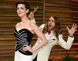 """""""Sao"""" vừa giành Oscar """"trêu chọc"""" đồng nghiệp xinh đẹp"""