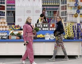 Dàn siêu mẫu của Chanel diễn thời trang trong... siêu thị