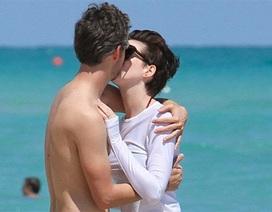 Anne Hathaway tình tứ cùng chồng trên biển