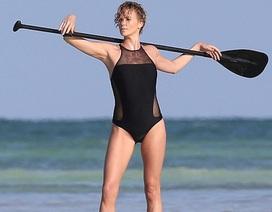 Charlize Theron khoe dáng chuẩn trên biển