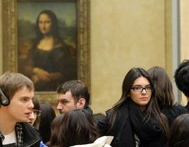 Em gái xinh đẹp của cô Kim bị bắt gặp tại bảo tàng Louvre