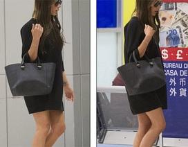 """Victoria Beckham tự tin """"lộ"""" chân dài tại sân bay"""