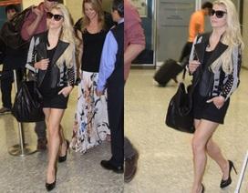 """""""Gái hai con"""" Jessica Simpson khoe chân thon tại sân bay"""