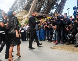 Thợ săn ảnh đeo bám khi cô Kim đi ngắm cảnh Paris