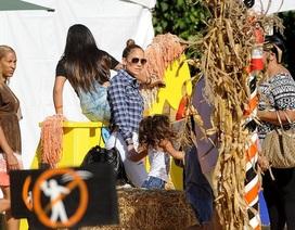 Jennifer Lopez đưa hai con đi chơi vườn bí ngô
