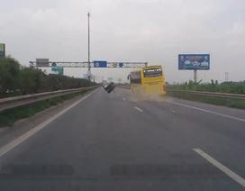 Kinh hoàng xe giường nằm văng bánh trên đường cao tốc